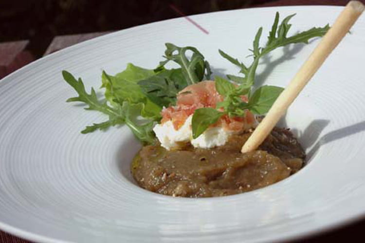 Caviar d'aubergine, brousse, jambon cru et gressin