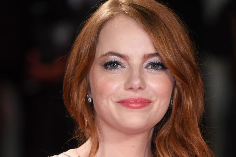 Emma Stone: chevelure de feu et maquillage irisé