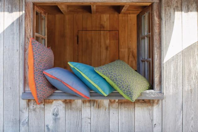 De grands coussins extérieurs colorés