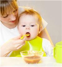 si l'enfant mange un peu, on peut lui proposer des purées de carottes et des