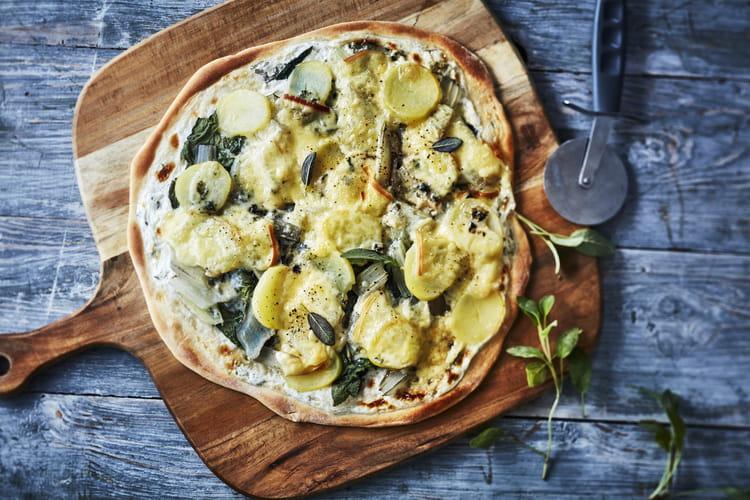 Pizza aux pommes de terre blettes raclette et bleu