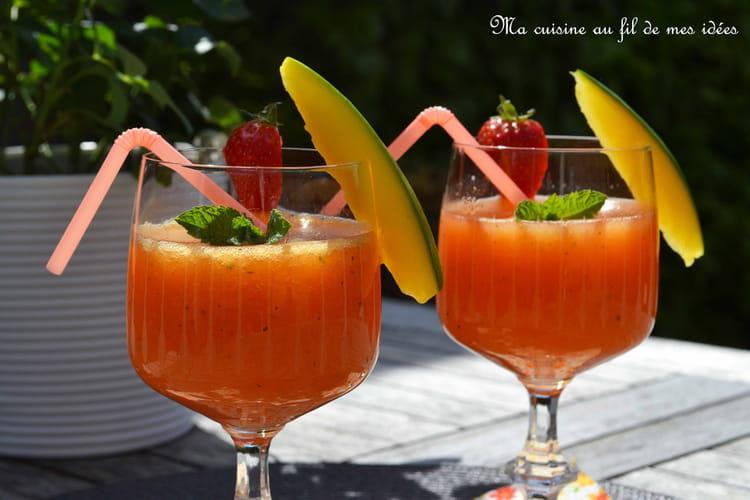 Cocktail pétillant à la mangue, fraises et menthe
