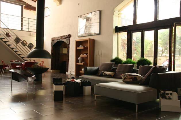 Un salon moderne aux notes rustiques