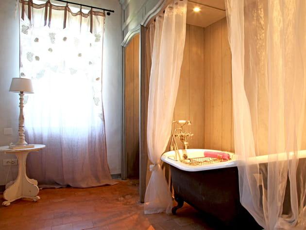 voilages romantique pour la baignoire. Black Bedroom Furniture Sets. Home Design Ideas