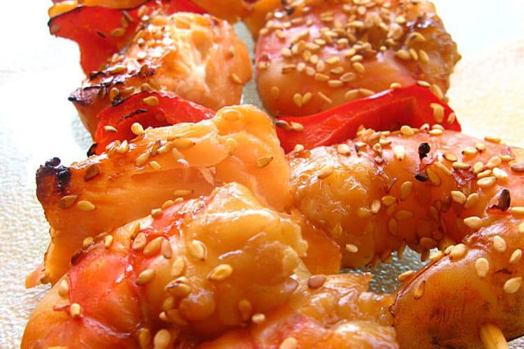 Brochettes de saumon et de crevettes marinées