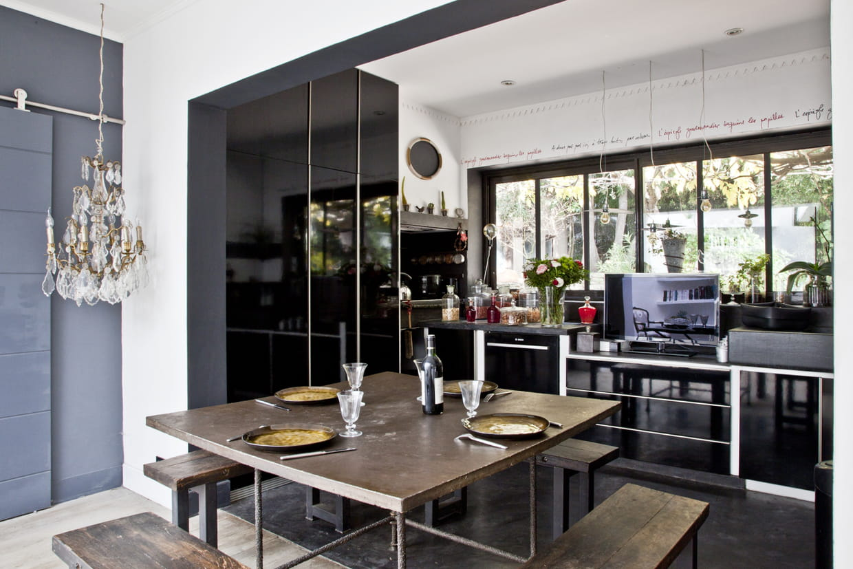 une cuisine brillante en noir laqu. Black Bedroom Furniture Sets. Home Design Ideas