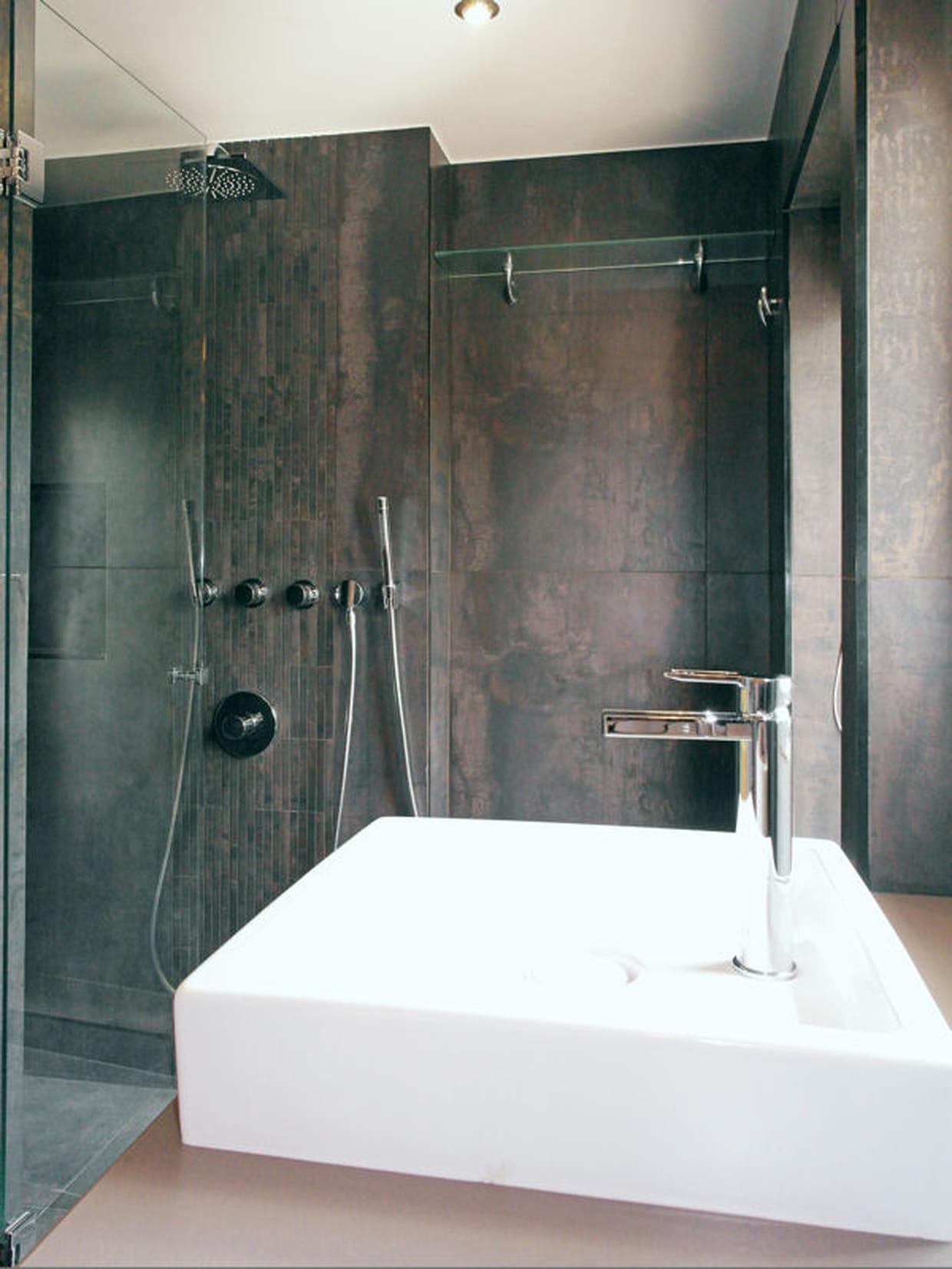 apr s une douche moderne. Black Bedroom Furniture Sets. Home Design Ideas