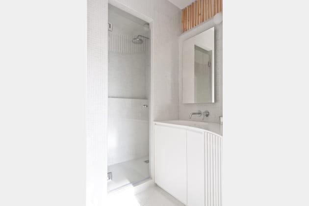 Une petite salle de bains fonctionnelle for Renover une salle de bain sans fenetre