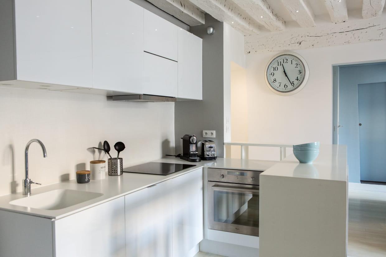 cuisine blanche ouverte sur le salon. Black Bedroom Furniture Sets. Home Design Ideas