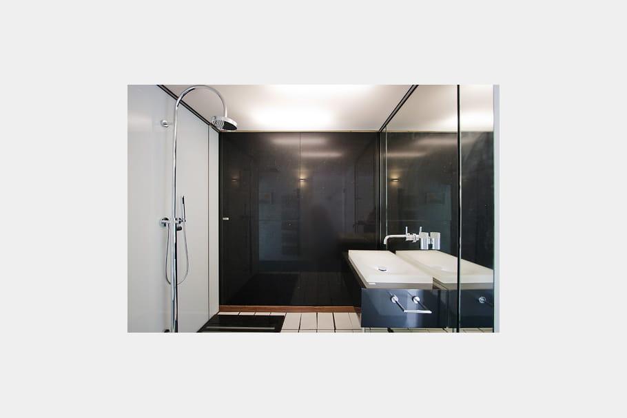 une salle d 39 eau tr s sobre petites maisons de ville chaleureuses et colo journal des femmes. Black Bedroom Furniture Sets. Home Design Ideas