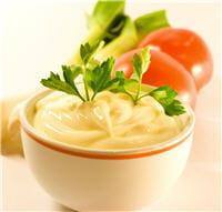 la mayonnaise allégée bénéficie du xanthane qui lie l'huile à l'eau.
