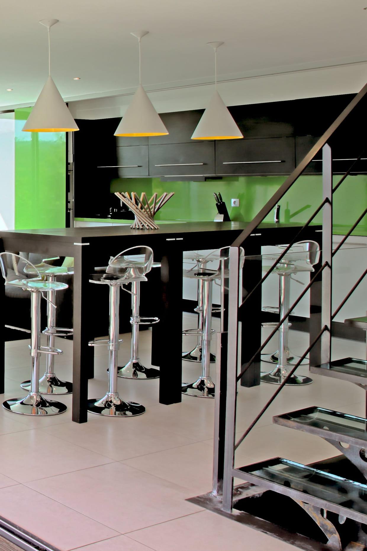 une cuisine vert laqu. Black Bedroom Furniture Sets. Home Design Ideas