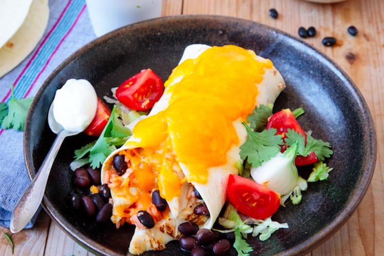 Burrito de poulet aux haricots noirs, avocat et crème fraîche