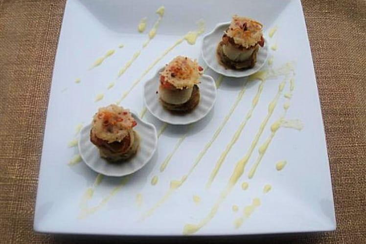 Saint Jacques poêlées sur endives caramélisées, tuiles parmesan baies rose, et beurre blanc à l'orange