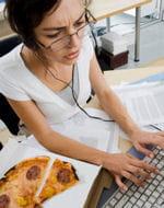 le stress au travail pousse certaines femmes à manger gras ou sucré.