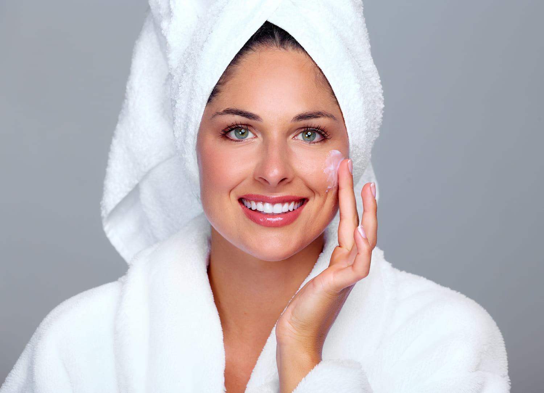 Crème anti-rides et peau sensible: comment la choisir, les bons gestes