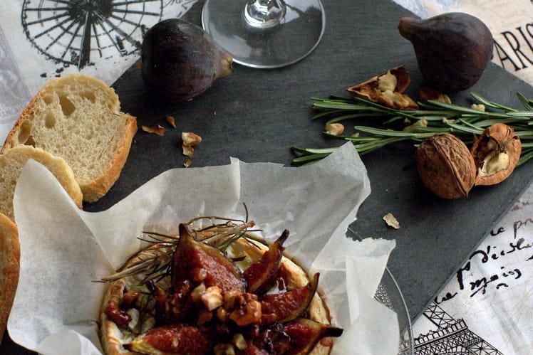 Camembert au four et figues rôties au miel et aux noix