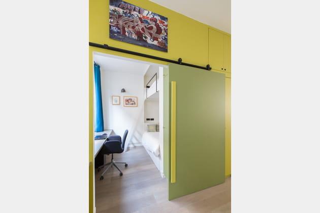 Une porte coulissante en vert et jaune