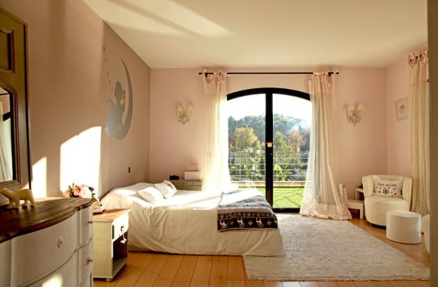 chambre de fille rose pâle et blanc cassé