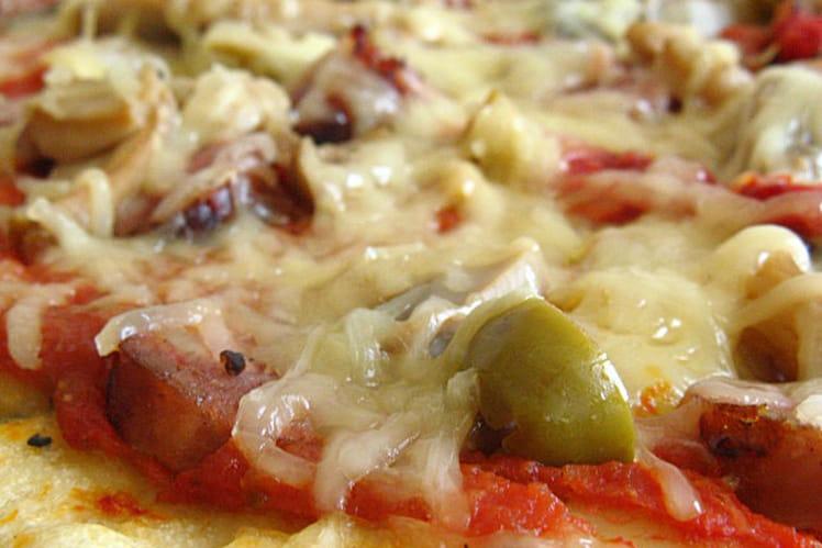 Pizza aux saucisses, poivrons et olives vertes