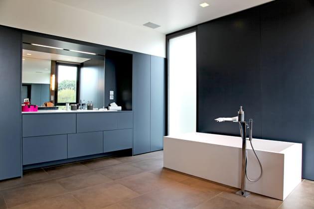 Une salle de bains ultra contemporaine