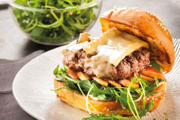 Burger au Brie de Meaux, sauce grenade du Camion qui fume