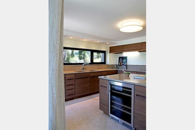 Une cuisine en bois aux lignes modernes