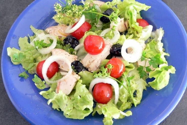 Salade d'été au thon, tomates et olives noires