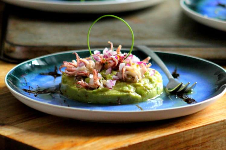 Salade de calmar sur lit de guacamole