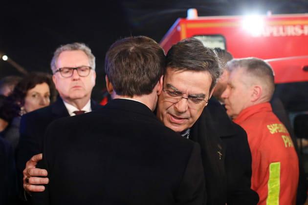 Emmanuel Macron prend dans ses bras l'archevêque de Paris