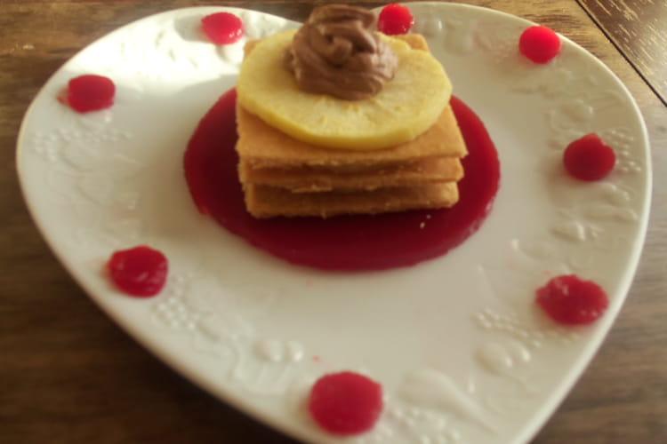 Délice croquant de pommes au caramel au beurre salé, chantilly chocolatée et gelée de fruits rouges