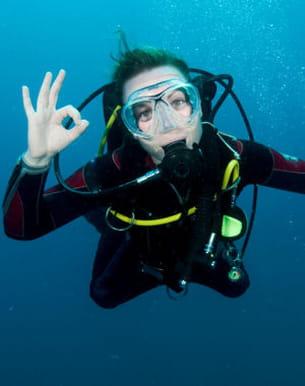 débutantes, la plongée sous-marine ne peut se pratiquer sans professeur