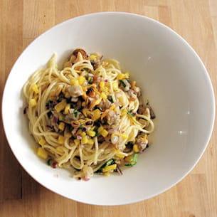 coques et moules à la mangue et lait de coco sur lit de spaghetti