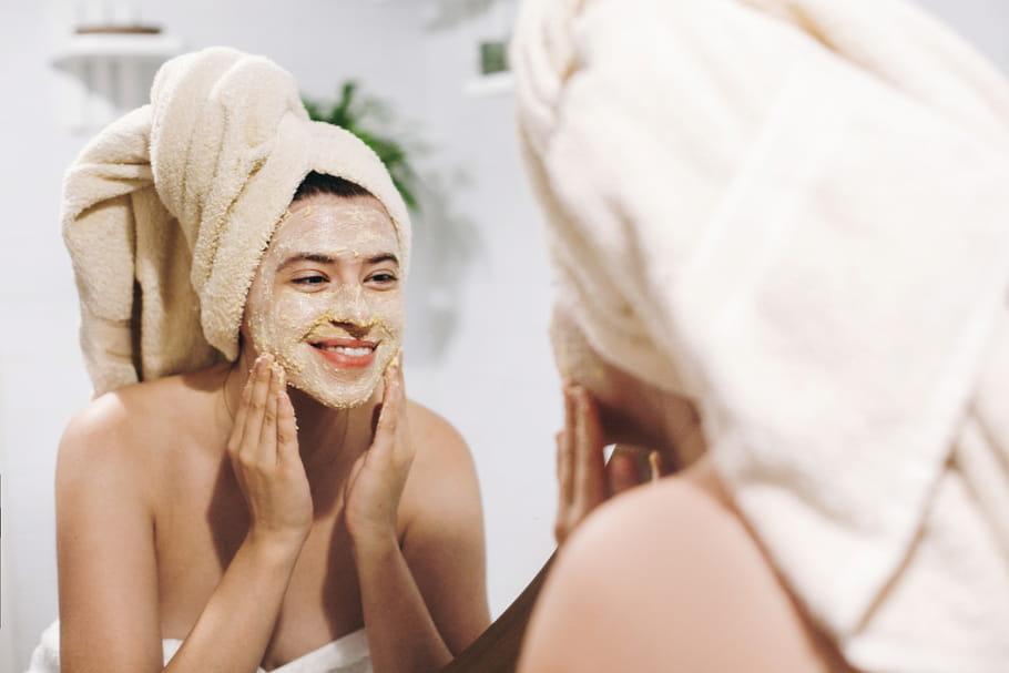 Gommage du visage: conseils, bons gestes et recettes pour faire peau nette