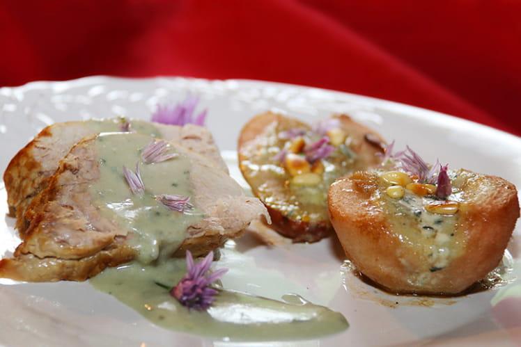 Mignon de porc, crème de roquefort, poires farcies au roquefort et pignons