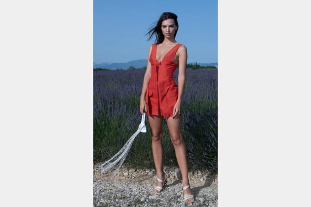 Emily Ratajkowski en robe courte
