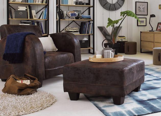 Un duo fauteuil et ottoman aspect cuir
