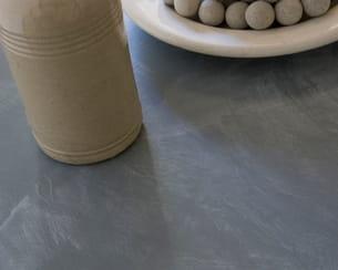 sur une peinture grise, on obtient un effet patiné, proche du béton