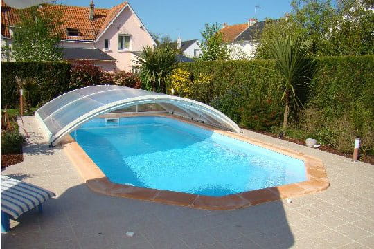 Une piscine avec abri