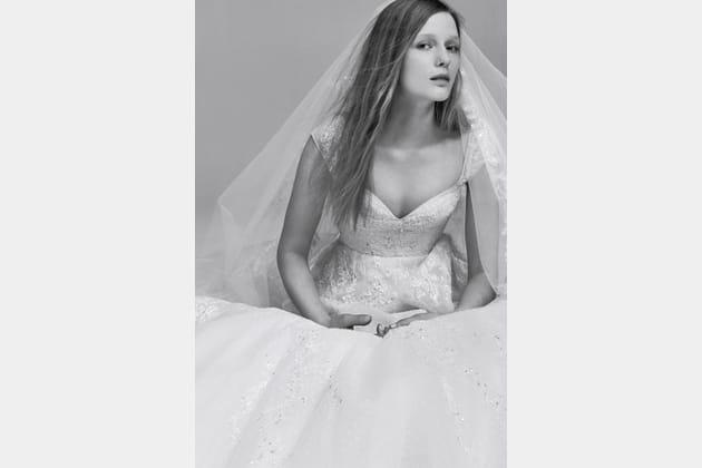 Une robe de mariée en strass