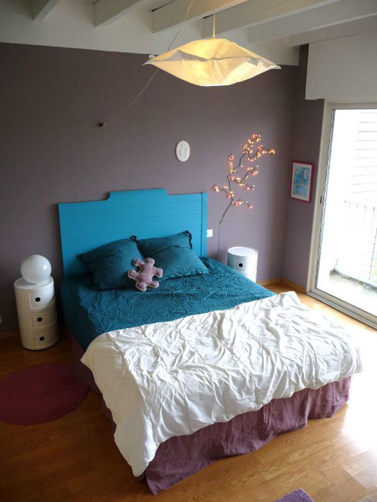 une t te de lit de couleur vivifiante. Black Bedroom Furniture Sets. Home Design Ideas