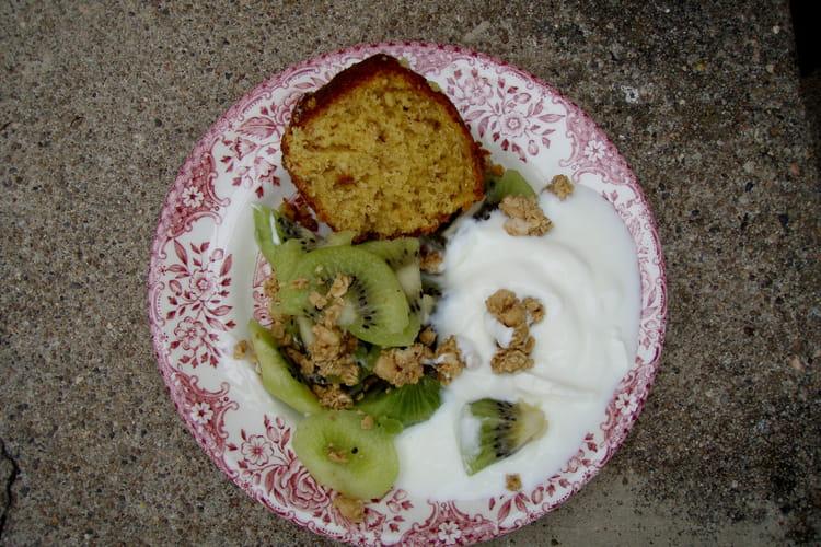 Gâteau au yaourt, muesli au sirop d'érable et noix de pécan