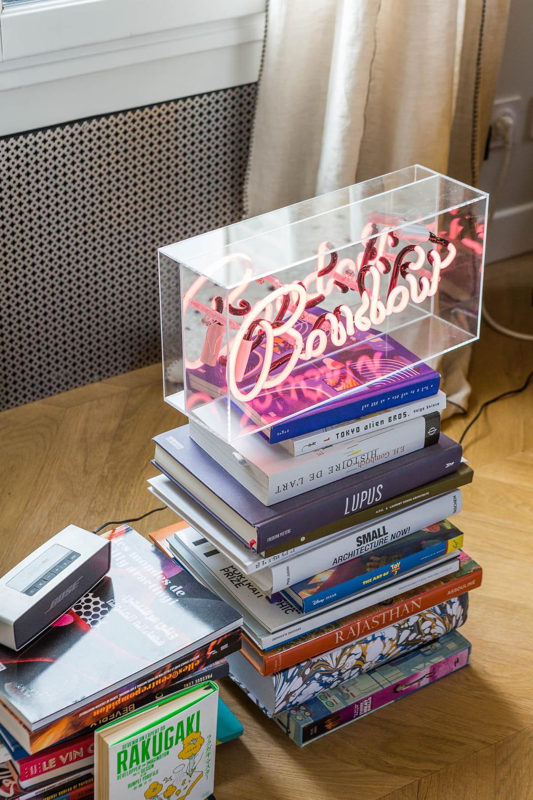 livres-deco-salon-neon