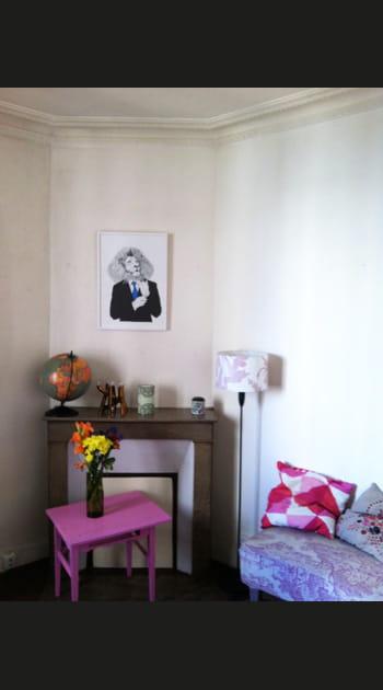 Le relooking coloré d'un salon avec cheminée