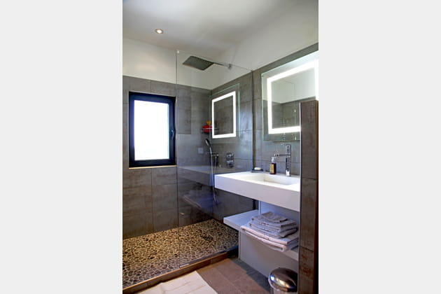 Petite salle de bains ultra moderne