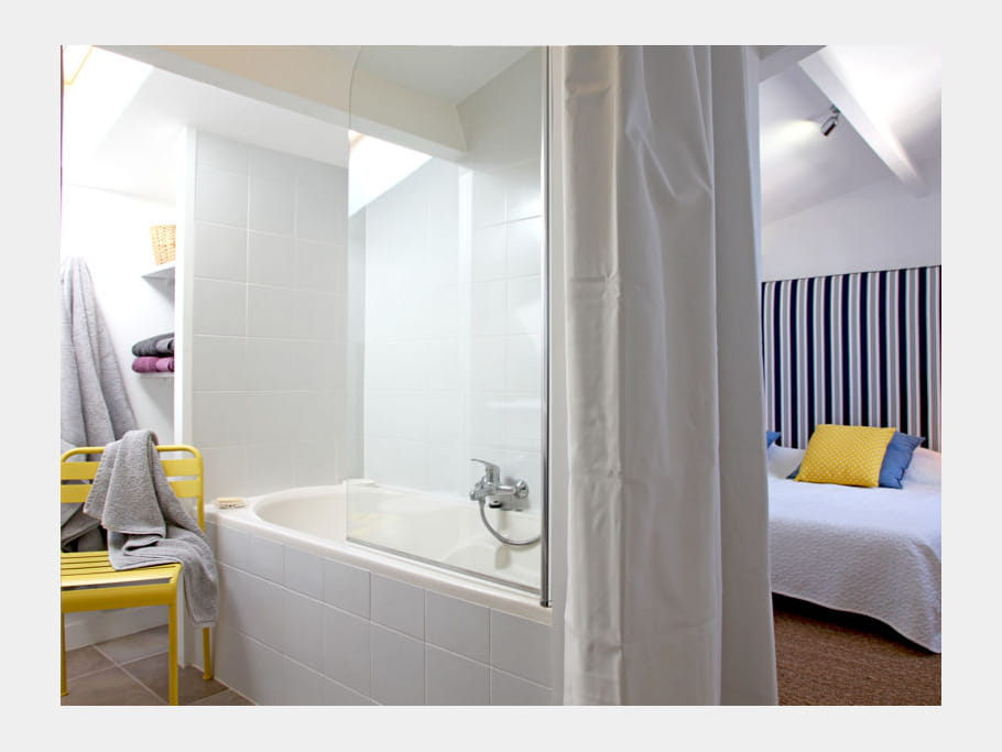 chambre marine comment faire une salle de bains ouverte sur la chambre journal des femmes. Black Bedroom Furniture Sets. Home Design Ideas