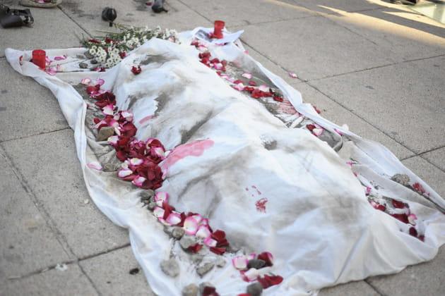 Un corps recouvert de pétales en guise de protestation