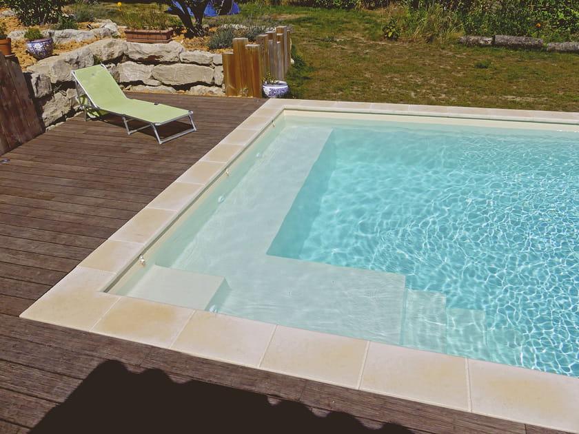 Une piscine carrée avec banc