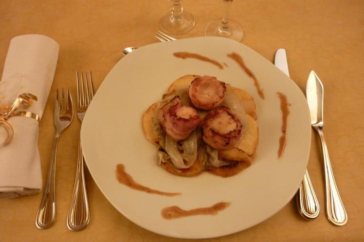 Saint-Jacques en habit, pommes poêlées et  fondue d'endives, sauce au pommeau du Maine