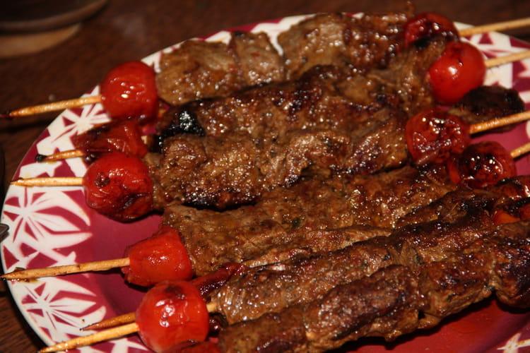 Brochettes de bœuf marinées au pesto, bière et miel à la plancha